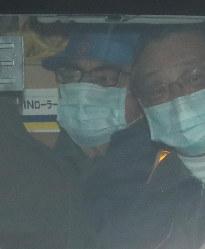 保釈され、東京拘置所を出るカルロス・ゴーン被告(奥)=東京都葛飾区で2019年3月6日午後4時32分、玉城達郎撮影