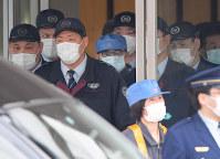保釈され、作業員に変装して東京拘置所を出るカルロス・ゴーン被告(中央奥)=東京都葛飾区で2019年3月6日午後4時31分、手塚耕一郎撮影
