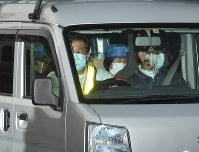 保釈されたカルロス・ゴーン被告を乗せて東京拘置所を出る車=東京都葛飾区で2019年3月6日午後4時32分、丸山博撮影