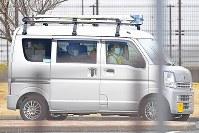東京拘置所を出る、カルロス・ゴーン被告(手前左)を乗せた車=東京都葛飾区で2019年3月6日午後4時32分、渡部直樹撮影