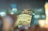 保釈後、弁護士事務所から車に乗り込んだ日産自動車前会長のカルロス・ゴーン被告=東京都千代田区で2019年3月6日午後8時5分、宮武祐希撮影