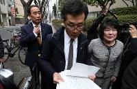 初公判のため、大阪地裁に向かう籠池泰典被告(左端)と妻諄子被告(右端)=大阪市北区で2019年3月6日午後1時40分、小出洋平撮影