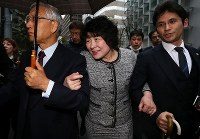 初公判を終え、大阪地裁を後にする籠池諄子被告(中央)=大阪市北区で2019年3月6日午後5時10分、小出洋平撮影