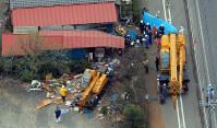 児童たちがクレーン車(中央)になぎ倒された現場。右端は移動用のクレーン車=栃木県鹿沼市で2011年4月18日、本社ヘリから小林努撮影