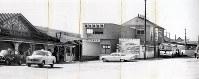 1963年に撮影された十和田観光電鉄の三沢駅舎(右)。左は旧国鉄の三沢駅=同電鉄提供