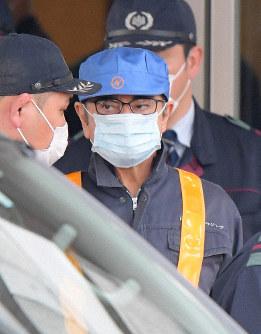 保釈されて東京拘置所を出る日産前会長のカルロス・ゴーン被告=東京都葛飾区で2019年3月6日午後4時31分、手塚耕一郎撮影
