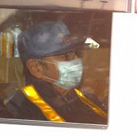 保釈され、東京拘置所を出るカルロス・ゴーン被告=東京都葛飾区で2019年3月6日午後4時32分、丸山博撮影