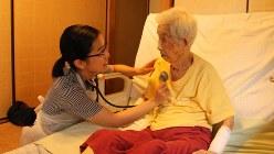 患者の自宅を訪れた看護師(左)