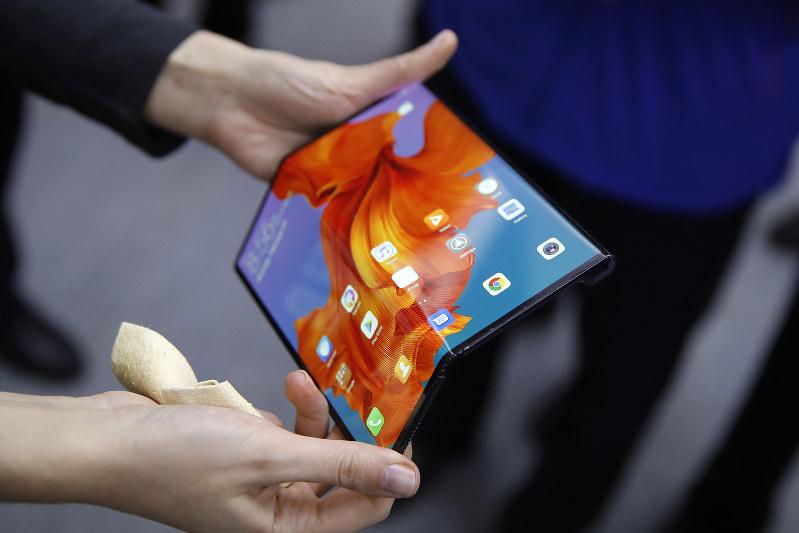 ファーウェイは、5G対応の折りたたみ式スマホを発表(Bloomberg)