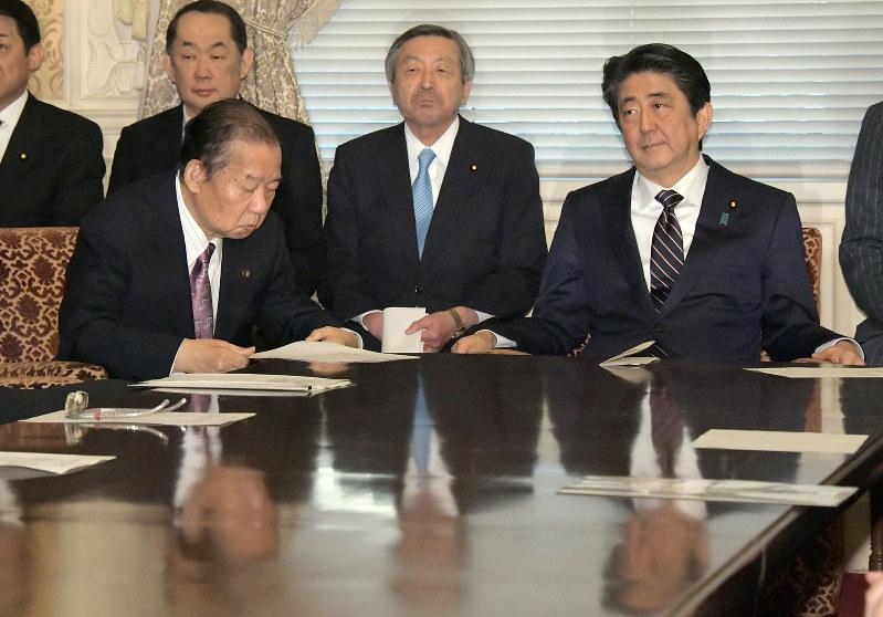自民党役員会に臨んだ安倍晋三首相(右)と二階俊博幹事長(手前左)(国会内で2月18日)