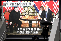 何らかの「合意」実現を想定していた米朝首脳会談を伝えるニュース映像。撮影は2月28日午後3時40分過ぎ(Bloomberg)