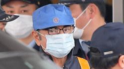 保釈され、東京拘置所を出る日産自動車前会長のカルロス・ゴーン被告=2019年3月6日、手塚耕一郎撮影
