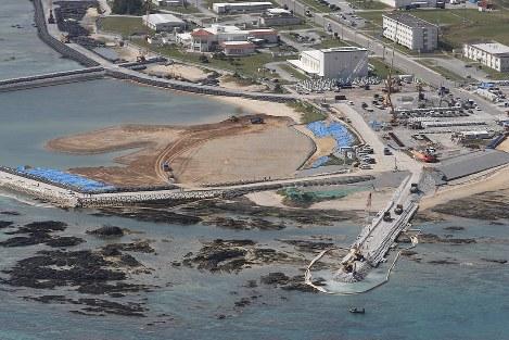埋め立て工事が進む沖縄県名護市辺野古の沿岸部=2019年2月23日、本社機「希望」から