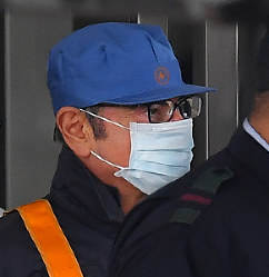 Former Nissan Motor Co. Chairman Carlos Ghosn leaves the Tokyo Detention House disguised as a workman following his release on bail in Tokyo's Katsushika Ward on March 6, 2019. (Mainichi/Naoki Watanabe)
