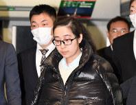 詐欺容疑などで逮捕され、日本に到着したオーイシ・ケティ・ユリ容疑者=関西国際空港で2017年1月25日午後4時56分、川平愛撮影