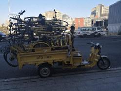荷台に載せて運ばれるシェアサイクルの山=北京で2019年2月 筆者撮影