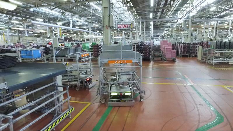 デンソーの工場内を走る無人搬送車 (デンソー提供)
