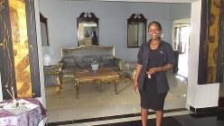 ムババーネ南郊のハイランズビュー地区にある豪華ゲストハウスにてマネジャーと(写真は筆者撮影)
