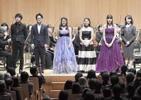 第87回日本音楽コンクール受賞者演奏会で舞台上に並ぶ受賞者たち=東京都新宿区の東京オペラシティ・コンサートホールで2019年3月7日午後8時53分、藤井達也撮影