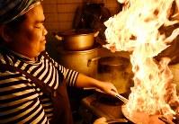 自慢の料理の腕を披露する池田スロスさん=福岡市博多区吉塚で2019年2月1日午後3時17分、佐野格撮影