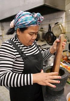 「カンボジア産のコショウが世界一」と話す池田スロスさん=福岡市博多区吉塚で2019年2