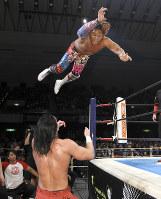 相手に向かって飛ぶ新日本プロレスのエース、棚橋弘至選手。キャッチフレーズは「100年に一人の逸材」。新日本を低迷から復活へけん引した(C)新日本プロレス