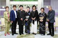 (左から)司会の芳村真理と太川陽介、美川憲一、坂本冬美、沢田知可子、松原のぶえ、音楽評論家の小西良太郎