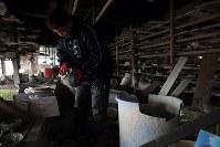 「明治か、それより前の時代」に建てられたという浪江町の土壁の工房で、大堀相馬焼窯元「春山窯」の13代目・小野田利治さん(57)が使えそうな陶器がないか探していた。原発事故後は手が付けられず、床には東日本大震災とその後の余震で割れた陶器が散乱したままだ。「小さいころにはここに入ると職人たちににらまれた。生活がかかっているからね」。帰還困難区域に近く、周囲で帰還した人はごくわずか。地震も本宮市に工房を再建して陶芸教室なども積極的に引き受けている。「まずは今の場所で頑張らないといけない」と心に決めている。=福島県浪江町で2019年1月20日、喜屋武真之介撮影