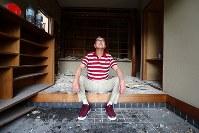 東京に避難している河合浩さん(63)は解体の始まった浪江町の自宅を訪れ、壁のはがされた玄関に座り込んだ。原発事故前まで建設会社に勤め、「同業の仲間と飲んで帰って、この玄関でそのまま寝てしまったやつもいた」と懐かしむ。190㌢のを超える体に東京のマンション暮らしは窮屈だが、避難指示が解除された今も町に戻る気はない。「もうこんな年だし、浪江に戻っても仕事はない。子どもたちも東京で就職した。解体することが自分なりのけじめだ」=福島県浪江町で2019年1月18日、喜屋武真之介撮影