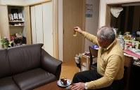 「母ちゃん、乾杯だ」。一人で暮らす災害公営住宅に帰宅後、佐藤信行さんは、妻才子さんの仏前にビールを置き、供えたケーキと同じものを食べた。一口運んでは、才子さんの遺影を見つめた。震災3日前の2人で過ごした最後の結婚記念日を思い出し、涙が溢れた=宮城県気仙沼市で2019年3月8日、小川昌宏撮影