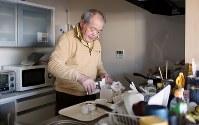災害公営住宅の台所で、仏壇に供えるご飯とコーヒーを準備する佐藤信行さん。結婚記念日のこの日は、特別にケーキも用意した=宮城県気仙沼市で2019年3月8日、小川昌宏撮影