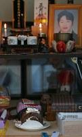 仮の仏壇に供えられたケーキ。この日は佐藤信行さんと才子さんの48回目の結婚記念日だった=宮城県気仙沼市で2019年3月8日、小川昌宏撮影