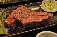 頸城和牛を使ったリブロースステーキ=魚沼厨房れとろ亭で2015年9月28日、黒川晋史撮影