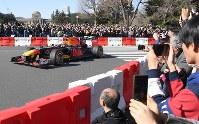 多くの観衆の前で、公道を走るF1カー=東京都港区で2019年3月9日午後2時32分、藤井太郎撮影