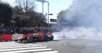 多くの観衆の前で、公道を走るF1カー=東京都港区で2019年3月9日午後2時34分、藤井太郎撮影