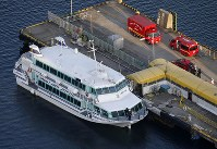 海洋生物とみられる物体と衝突した高速船=新潟県佐渡市で2019年3月9日午後5時8分、本社ヘリから