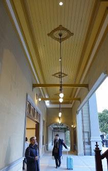 大がかりな保存改修工事を終え、10日にグランドオープンするJR門司港駅のエントランス付近=北九州市門司区で2019年3月9日午後6時1分、上入来尚撮影