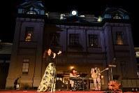 グランドオープン前夜祭でライトアップされた門司港駅を背にライブ演奏するジャズミュージシャン=北九州市門司区で2019年3月9日午後7時29分、上入来尚撮影