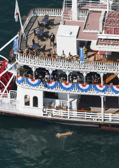 「びわ湖開き」で湖上の安全を祈り、投入された「黄金の鍵」=大津市で2019年3月9日午前10時25分、本社ヘリから大西達也撮影