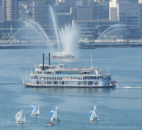 観光船などが湖上をパレードした「びわ湖開き」=大津市で2019年3月9日午前10時14分、本社ヘリから大西達也撮影