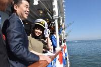 一日船長を務めた岸井ゆきのさん=琵琶湖上で2019年3月9日、諸隈美紗稀撮影