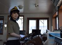船の操縦を体験する一日船長の岸井ゆきのさん=琵琶湖上で2019年3月9日午前10時39分、諸隈美紗稀撮影