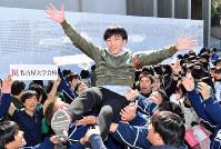 名古屋大に合格し胴上げされる受験生=名古屋市千種区で2019年3月9日午前11時37分、大西岳彦撮影