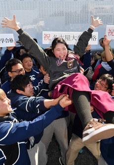 名古屋大に合格し胴上げされる受験生=名古屋市千種区で2019年3月9日午前11時6分、大西岳彦撮影