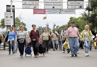 国境にかかる橋を渡り逃げてくるベネズエラ難民ら=2019年2月20日、コロンビア北部ククタ近郊で山本太一撮影