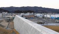 建設が進む山田町の防潮堤。港と市街地は高い壁で隔てられた=岩手県山田町で2019年3月9日午後5時23分、渡部直樹撮影