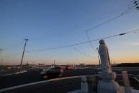 夕日に照らされながら閖上の復興を見守る「寄り添いお地蔵さん」=宮城県名取市で2019年3月9日午後5時20分、玉城達郎撮影