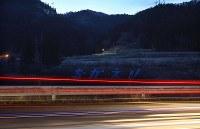 ブルーシートで作られた「おかえり」の文字。今月末に撤去される=福島県大熊町で2019年3月9日午後6時12分、宮武祐希撮影