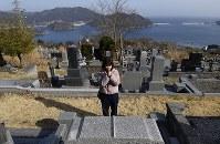 松原啓太さんの墓前で手を合わせる田中彩絵美さん=岩手県大船渡市で2019年3月10日午後2時34分、渡部直樹撮影