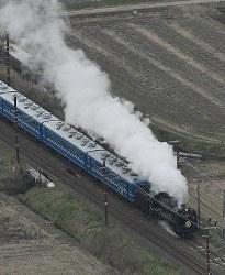 白煙を上げて疾走するD51形蒸気機関車=滋賀県長浜市で2019年3月10日午前、本社ヘリから大西達也撮影